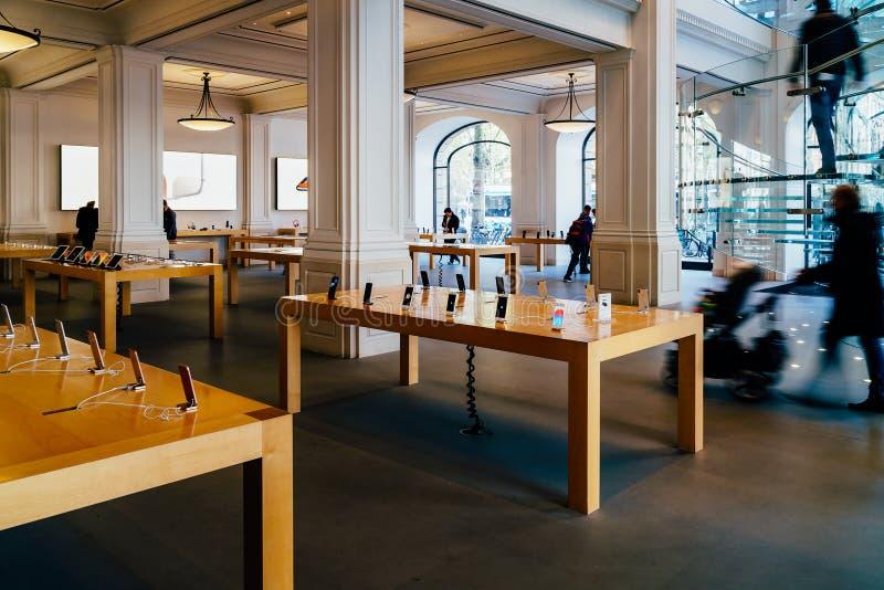 Telefones celulares de IPhone e tabuletas do iPad para a venda em Apple Store imagens de stock royalty free