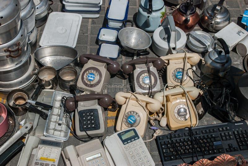 Telefones do vintage para a venda na feira da ladra velha de Jaffa (Shuk Hapishpishim) em Tel Aviv imagem de stock