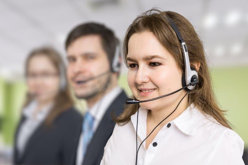 Telefonförsäljning- och kundtjänstbegrepp Ung le kvinna i call center arkivbilder
