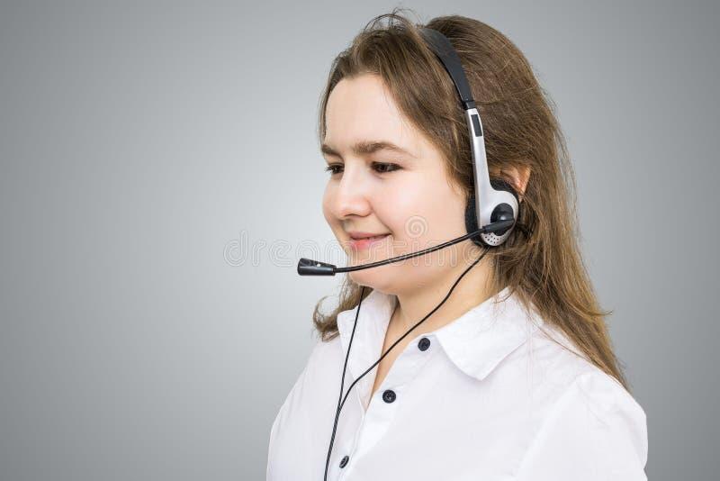 Telefonförsäljning- och kundtjänstbegrepp Ung le kvinna - operatör royaltyfria foton