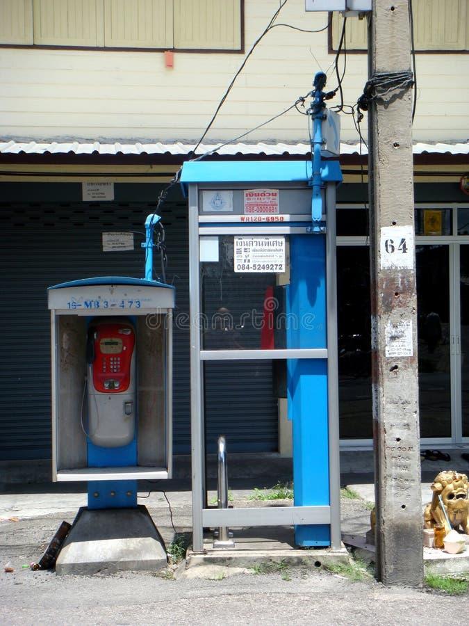 Telefoni pubblici in una via di Bangkok, Tailandia fotografie stock libere da diritti