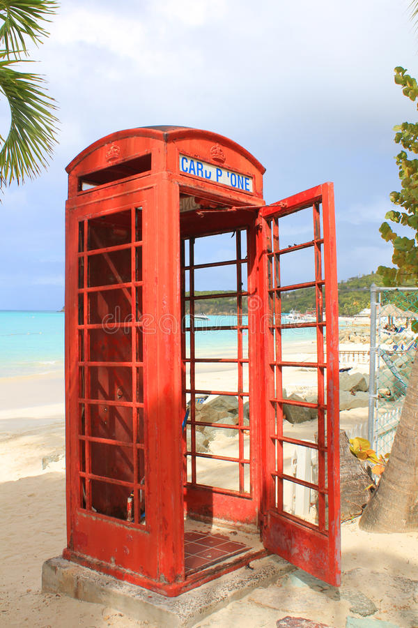 Telefoniczny budka na plaży obraz royalty free