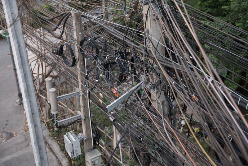 Telefoniczny kabel na elektryczność słupie zdjęcia stock