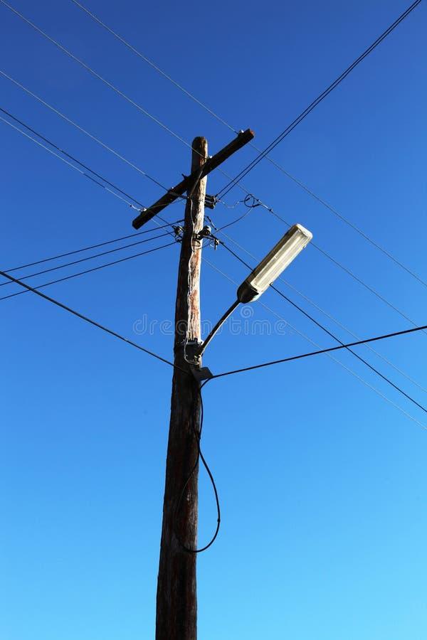 Telefoniczny słup z drutami i lampą obraz stock