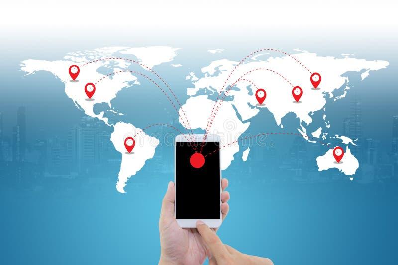 Telefono astuto della tenuta dell'uomo con la connessione di rete sociale di media del mondo fotografie stock