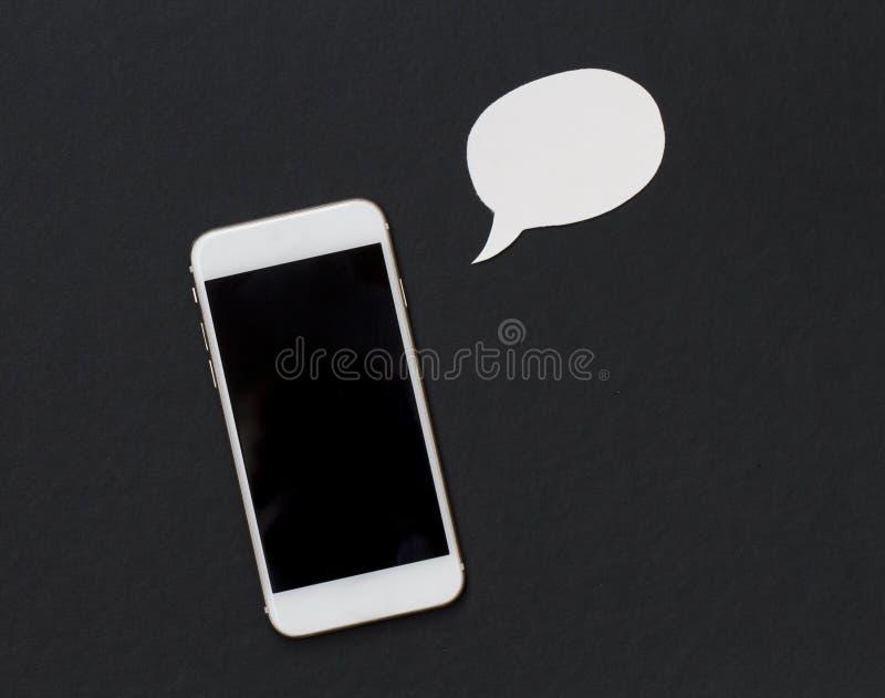 Telefono bianco con la bolla in bianco del testo Smartphone e bolla di stile del fumetto fotografia stock