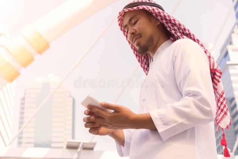 Telefono cellulare arabo di uso dell'imprenditore fotografie stock libere da diritti