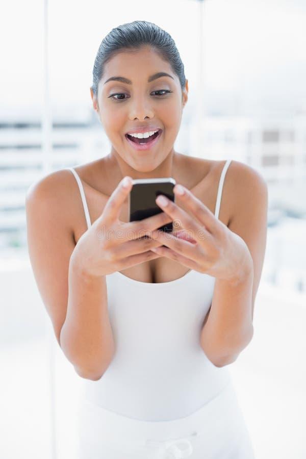 Telefono cellulare castana tonificato emozionante della tenuta fotografia stock