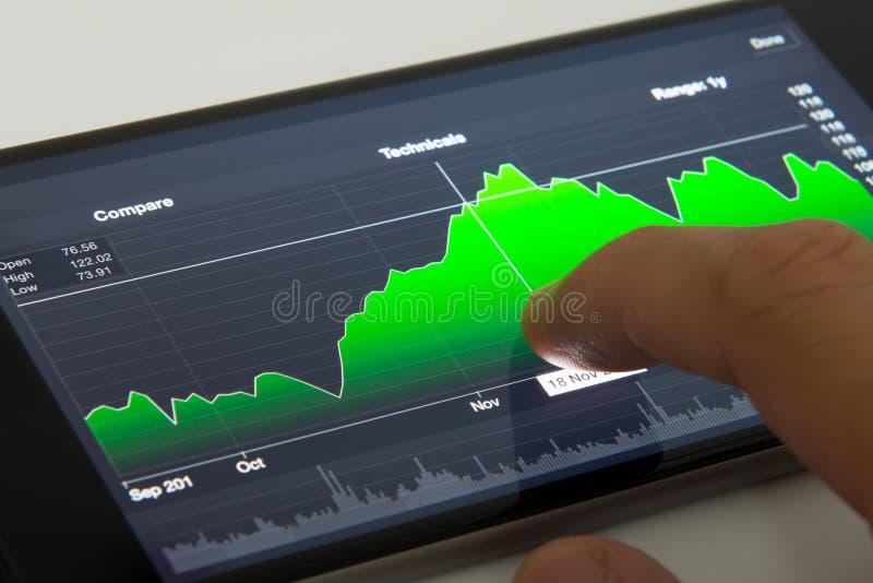 Telefono cellulare con il grafico di riserva immagine stock
