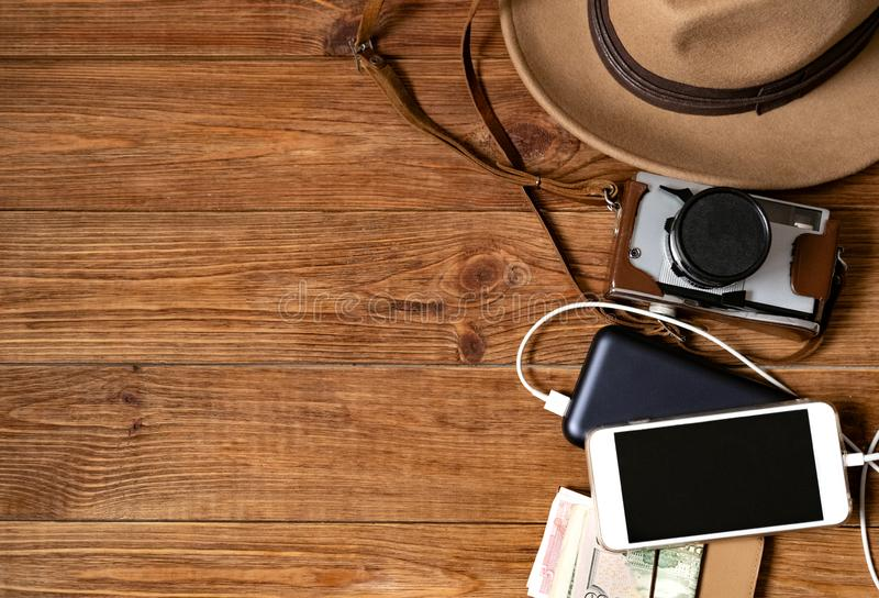 Telefono cellulare con powerbank sul fondo di legno della tavola fotografia stock