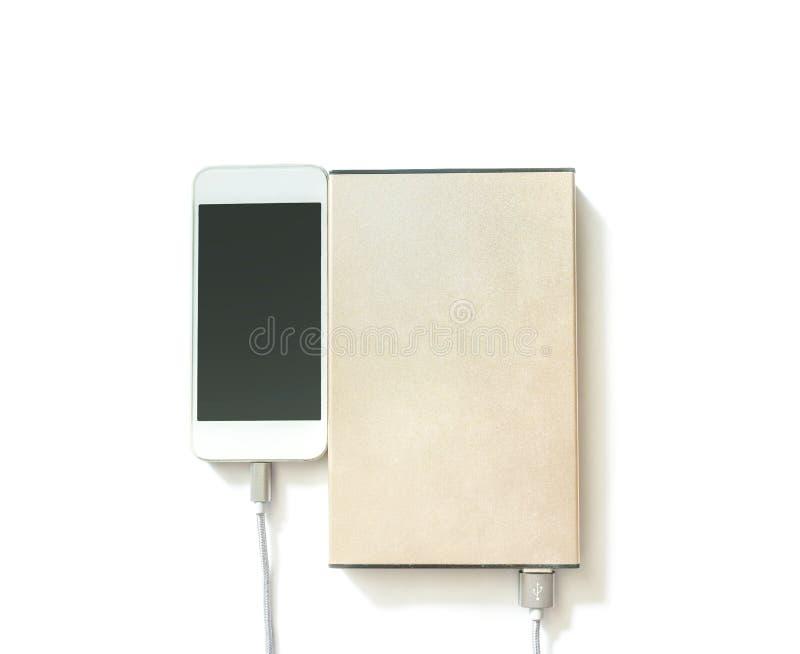 Telefono cellulare del primo piano che carica batteria con la banca di potere isolata su fondo bianco fotografie stock