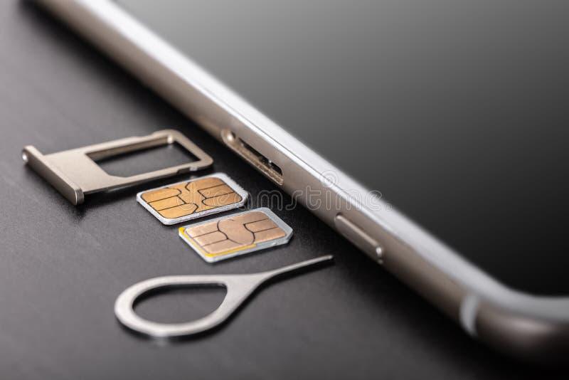 Telefono cellulare e carta SIM fotografia stock libera da diritti
