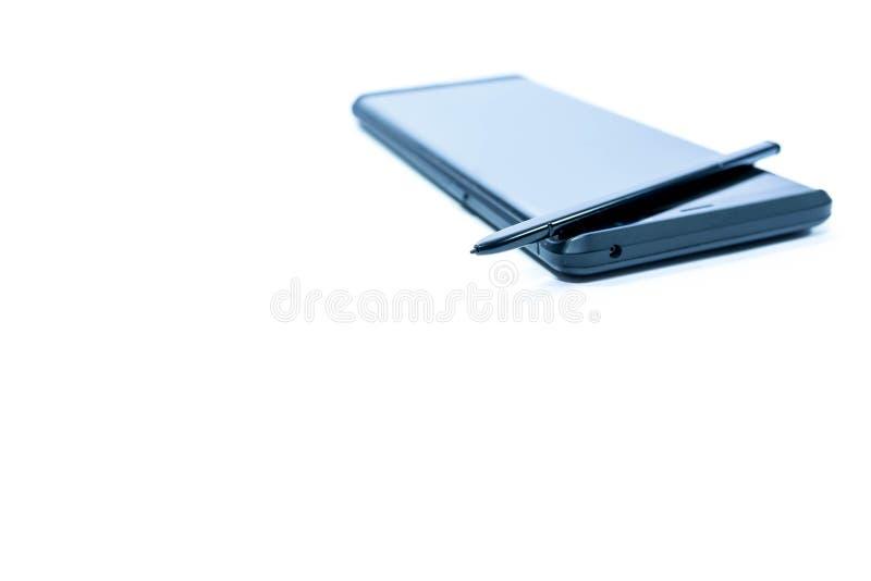 Telefono cellulare moderno con lo stilo nel tono blu isolato su fondo bianco, fotografia stock