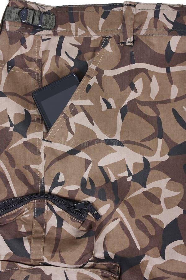 Telefono cellulare nella tasca dello sho marrone del camoflauge fotografia stock