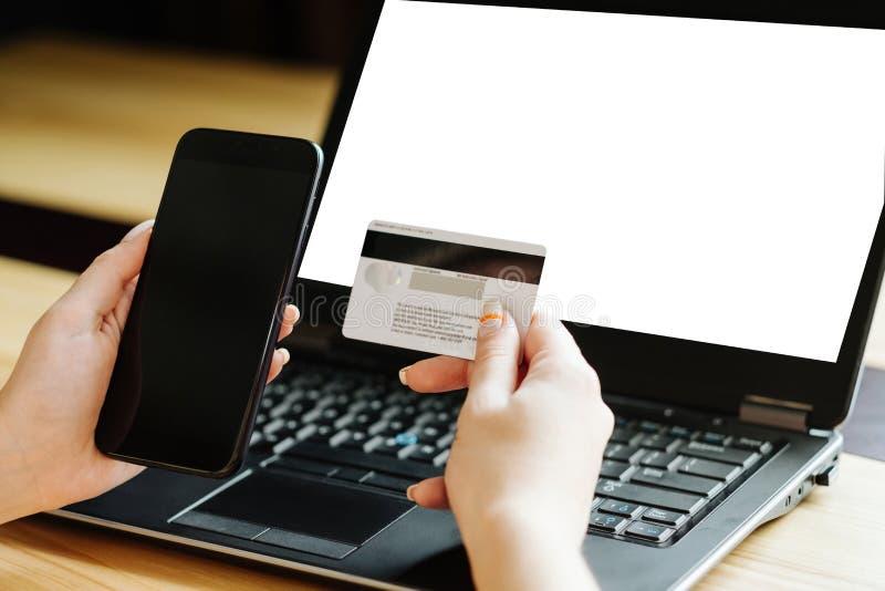Telefono cellulare online della carta di autenticazione a due fattori fotografia stock libera da diritti