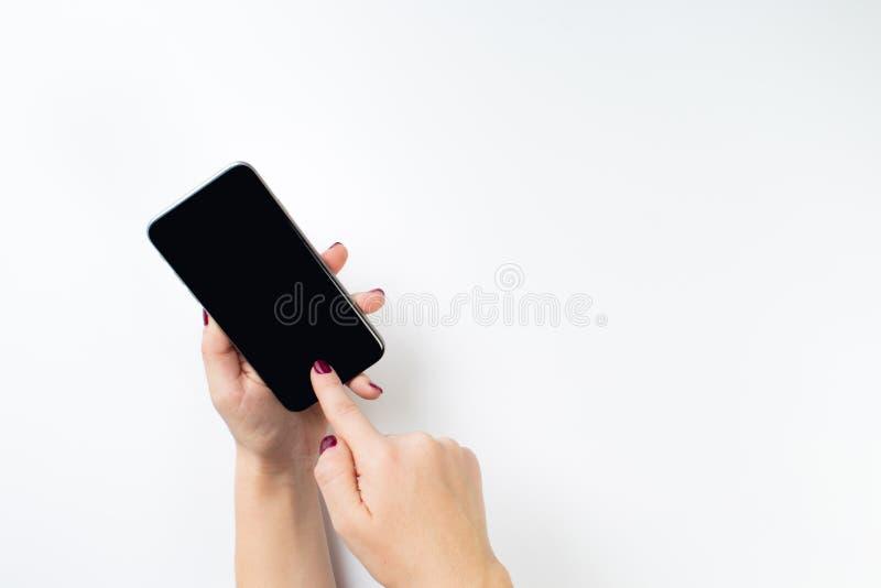 Telefono della tenuta della mano, interno del percorso di ritaglio fotografie stock