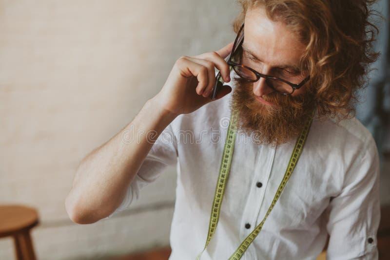 Telefono di conversazione del progettista alla moda immagini stock libere da diritti