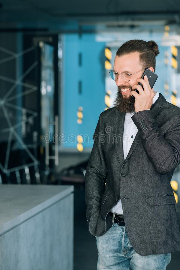 Telefono di conversazione dell'uomo di conversazione di affari di comunicazione fotografia stock