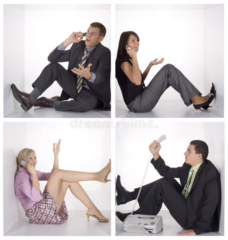 Telefono di conversazione della gente divertente nei cubi bianchi immagine stock libera da diritti