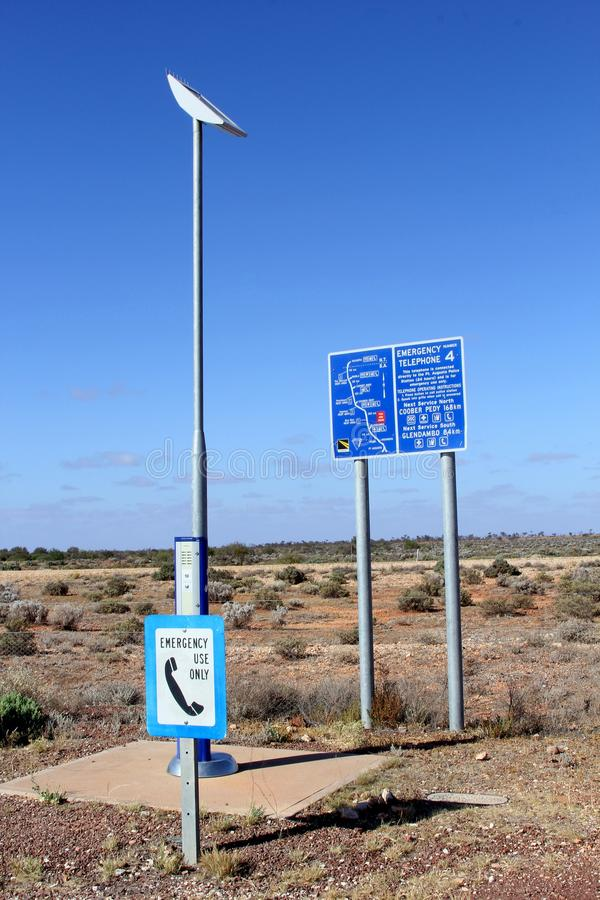 Telefono di emergenza lungo Stuart Highway, entroterra Australia immagine stock