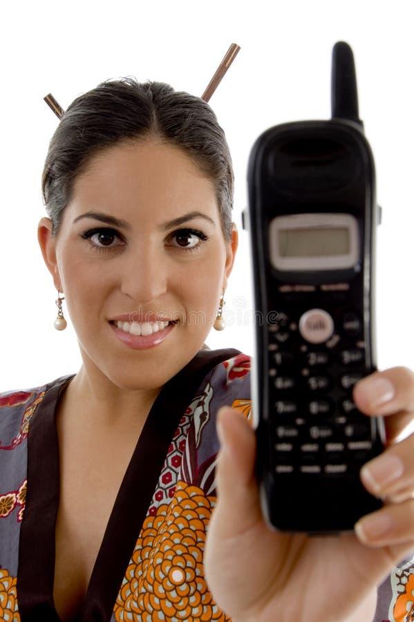 Telefono di mostra femminile attraente delle cellule immagine stock