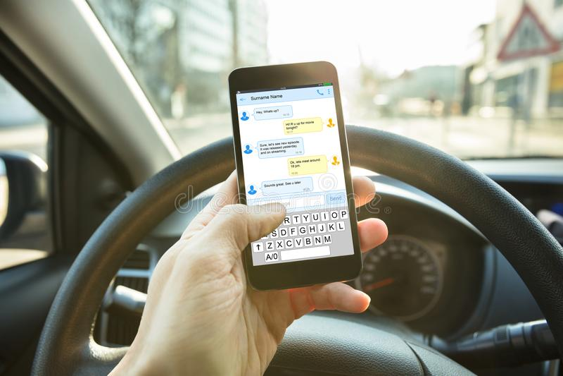 Telefono di Person Sending Message Using Mobile fotografia stock libera da diritti