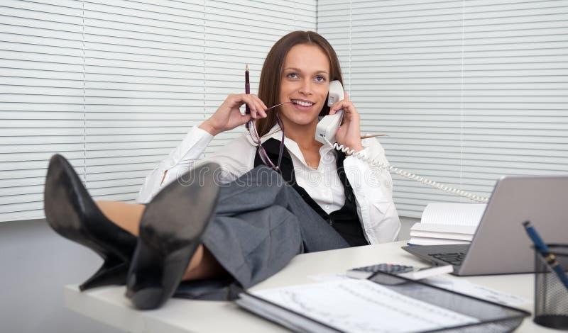 Telefono di risposta della giovane donna di affari fotografie stock libere da diritti