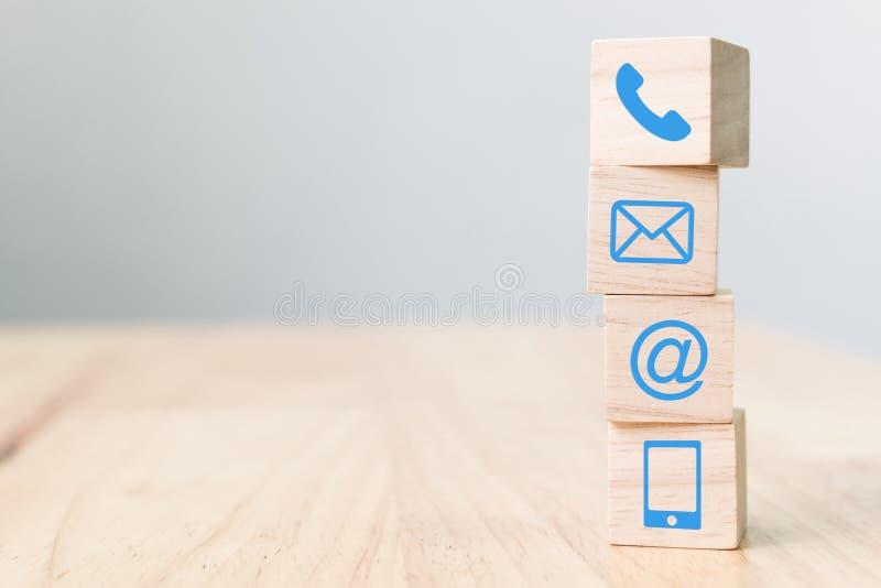Telefono di simbolo del blocco di legno, posta, indirizzo e telefono cellulare, web immagini stock libere da diritti