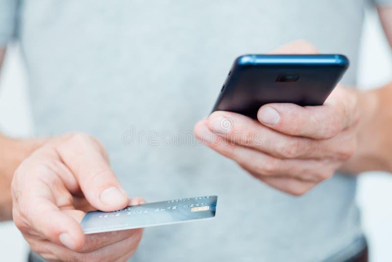 Telefono digitale della carta dell'uomo del app di pagamento del portafoglio mobile fotografia stock libera da diritti