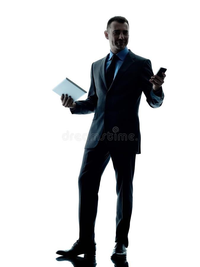 Telefono digitale della compressa dell'uomo di affari isolato immagini stock