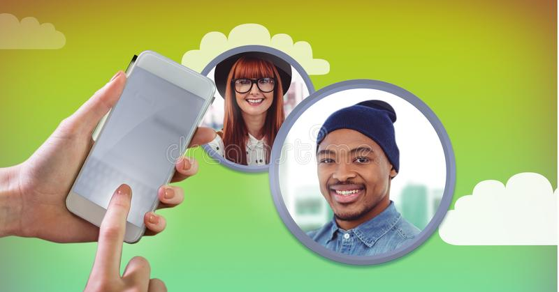 Telefono a disposizione con i profili degli amici del contatto immagini stock libere da diritti