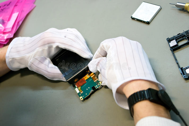 Telefono durante la riparazione immagini stock