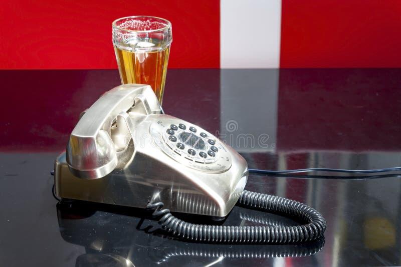 Telefono e birra in una barra fotografie stock