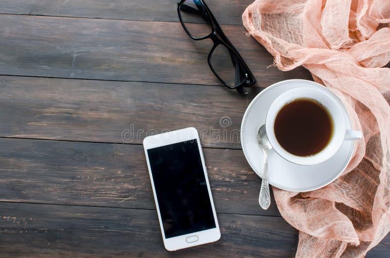 Telefono e una tazza di caffè fotografia stock
