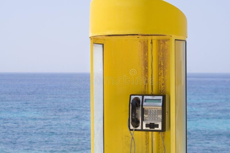 Telefono giallo, mare blu immagine stock libera da diritti