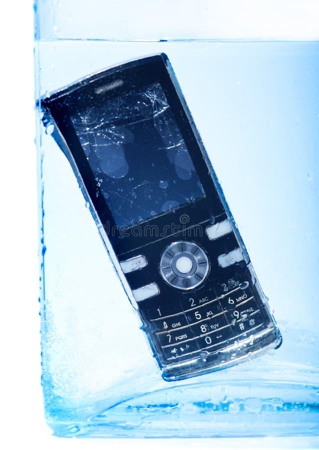 Telefono mobile in acqua fotografia stock