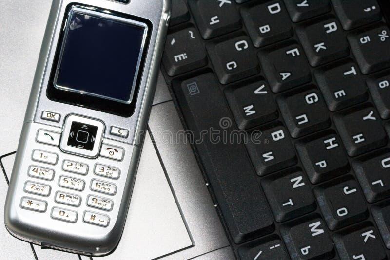 Telefono mobile e calcolatore fotografia stock