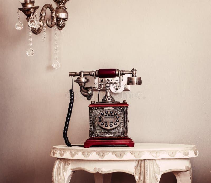 Telefono rosso dell'annata fotografia stock