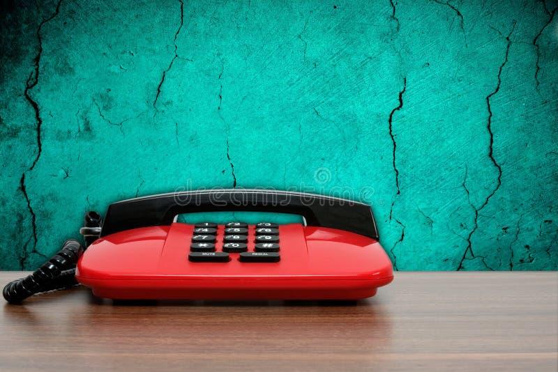 Telefono sulla priorità bassa blu sporca della parete immagini stock