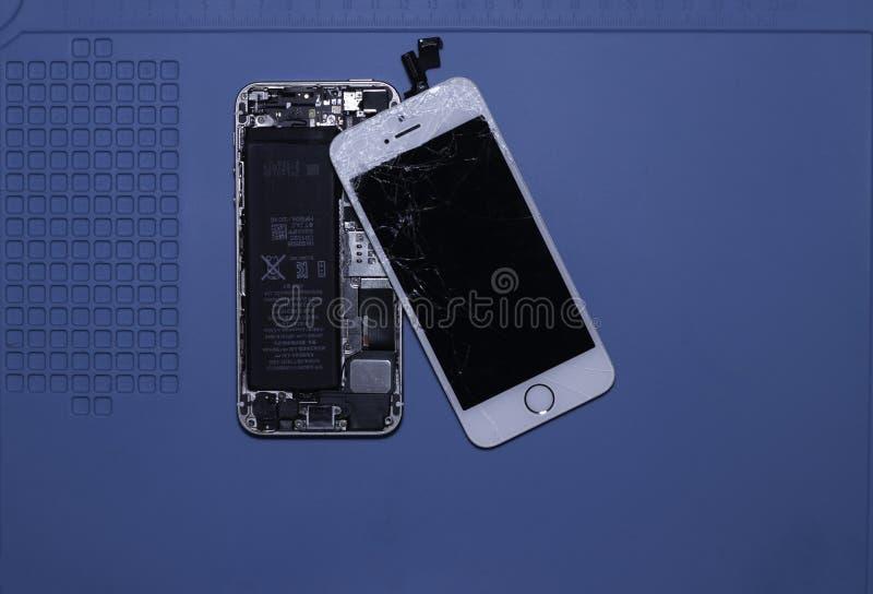 Telefono tagliato che deve essere riparato dallo specialista immagini stock