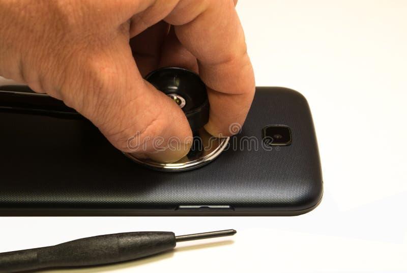 Telefonreparatur Reparieren Sie und stellen Sie das defekte Telefon wieder her lizenzfreies stockfoto