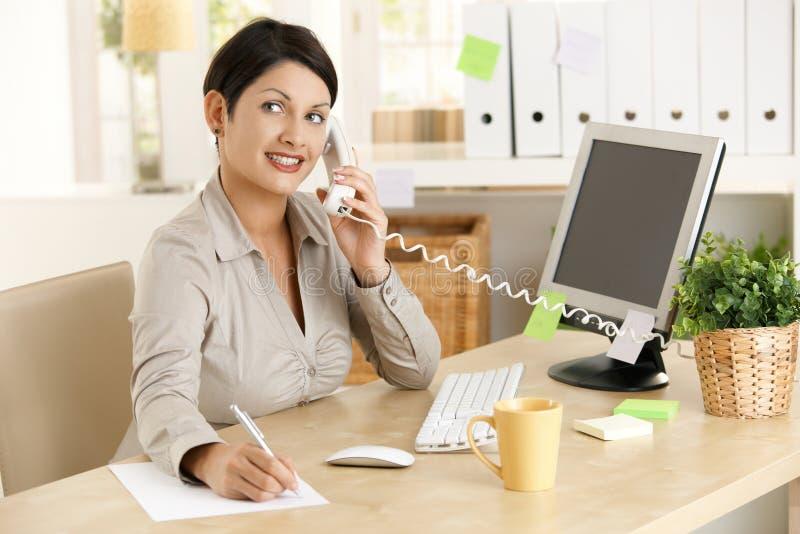 telefonu biurowy pracownik zdjęcia stock