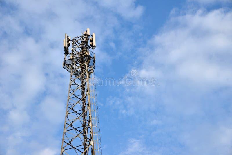 Telefonu Komórkowego Basztowy lub Mobilny komórki miejsce z niebieskiego nieba tłem obraz stock