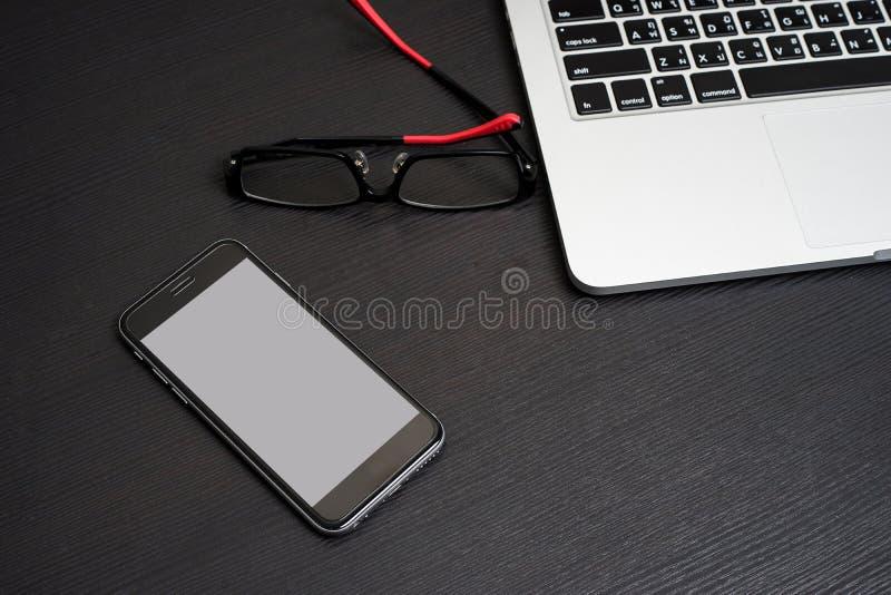 Telefonu Komórkowego biały tło z laptopów Eyeglasses i klawiaturą obraz royalty free