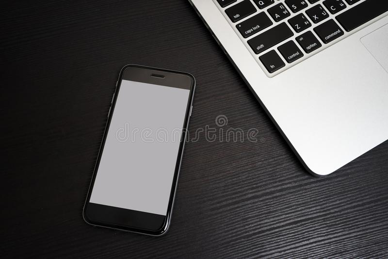 Telefonu Komórkowego biały tło z laptop klawiaturą zdjęcia royalty free