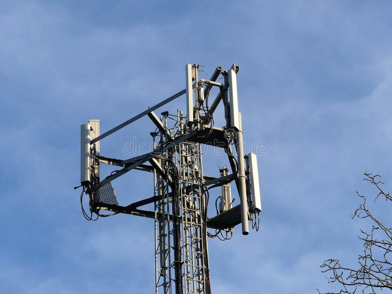 Telefonu Komórkowego maszt, Chorleywood domu nieruchomość, Hertfordshire fotografia royalty free