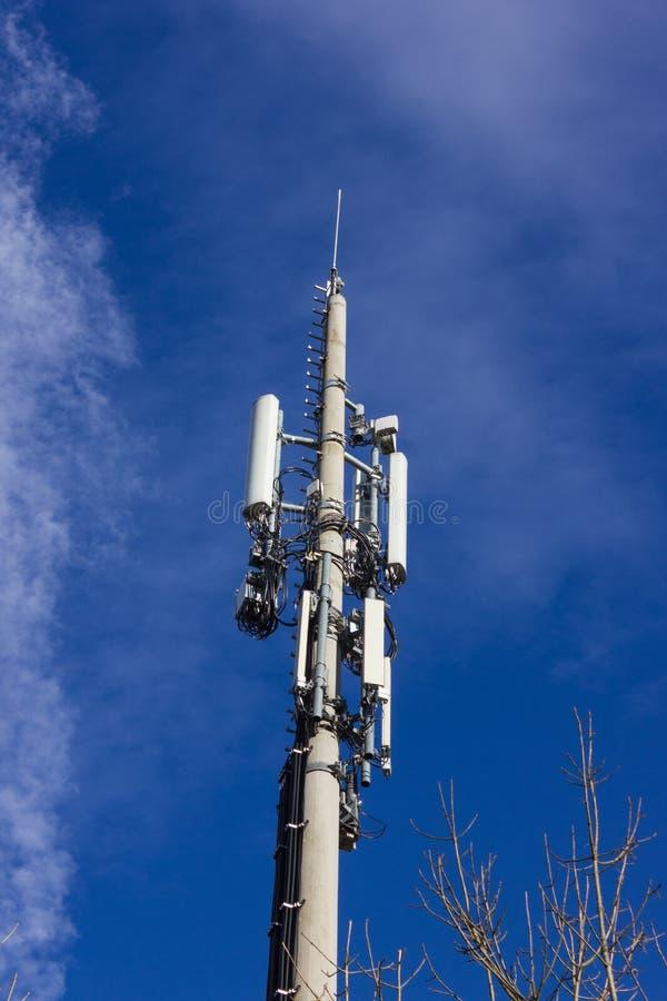 telefonu komórkowego radiomast na Grudnia pogodnym niebieskim niebie obrazy royalty free