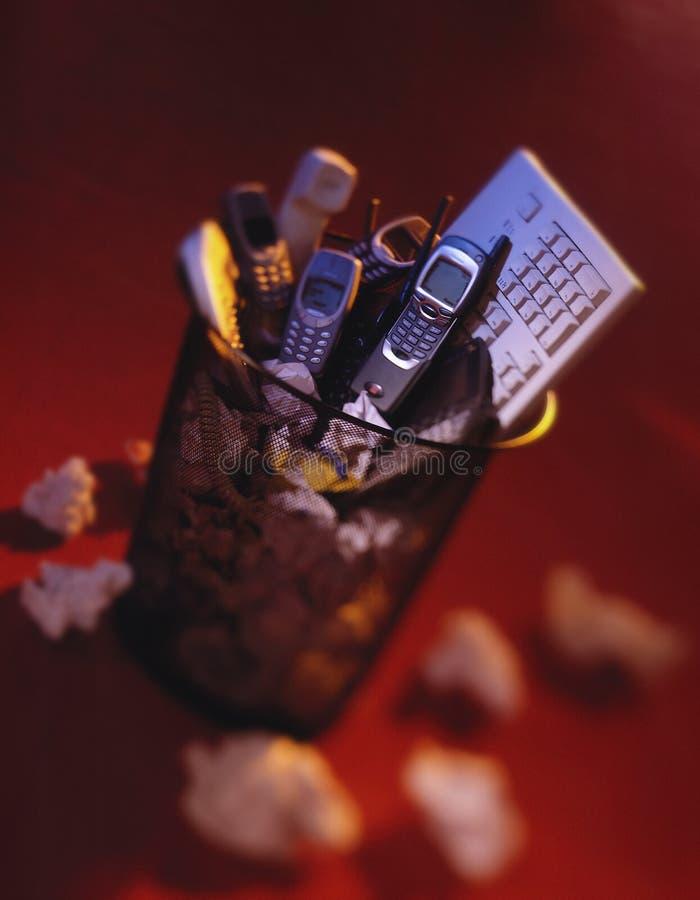 Telefony komórkowi i komputerowa klawiatura w jałowym koszu fotografia stock