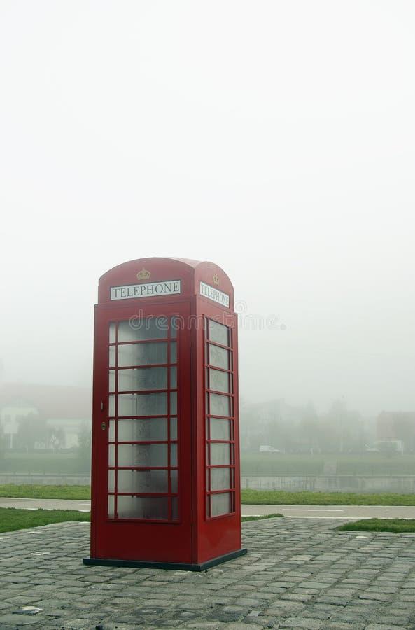 Telefonzelle im Nebel stockfotografie