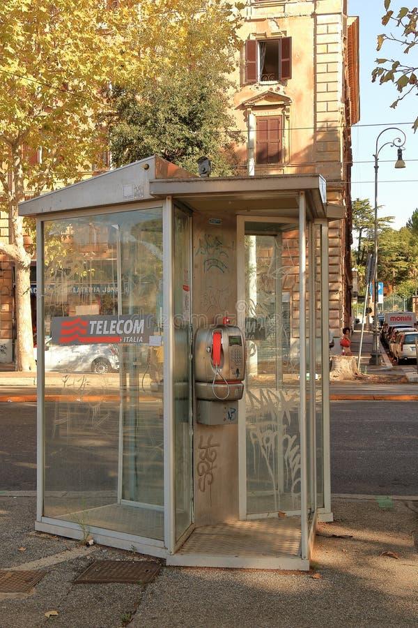 Telefonzelle mit Münztelefon TELECOM ITALIA in Rom, Italien lizenzfreies stockfoto